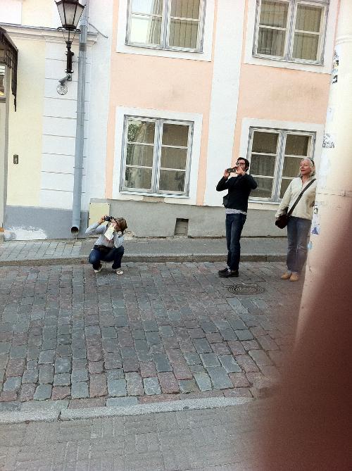 Drei Touritsen in Tallinn, Estland.