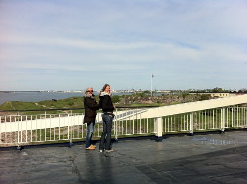 Katja und Maria beim Einlaufen in den Hafen von Helsinki.