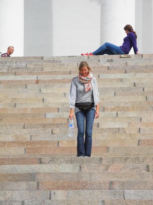 Katja vor der Kathedrale von Helsinki.